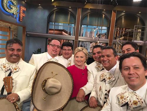 BàClinton chụp ảnh cùng nhóm nhạc nam sau phần trình diễnbài Chúc mừng sinh nhật. Ảnh:Gordo y la Flaca
