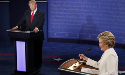 Ứng viên tổng thống đảng Cộng hòa Donald Trump (trái) tranh luận lần ba với đối thủ đảng Dân chủ Hillary Clinton ngày 19/10. Ảnh: Reuters.