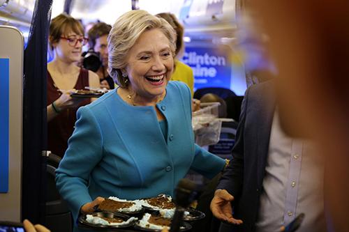 mang bánh kem chocolate ra mời các phóng viên đồng hànhTrên chuyến bay về New York