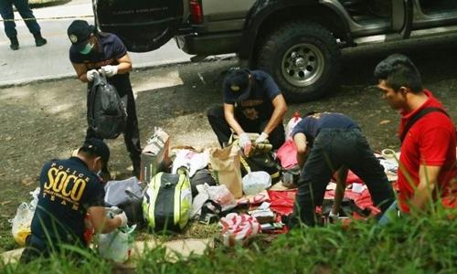 Cảnh sát Philippines kiểm tra các đồ đạc trên đoàn xe của