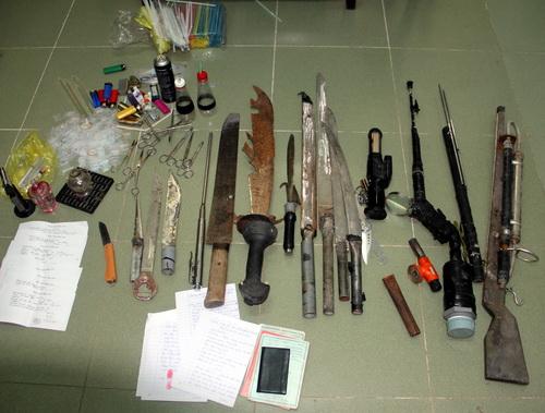 Nhiêu súng, mã tấu, dao...được tìm thấy trong nhà cặp vợ chồng bán ma túy. Ảnh: T.N.