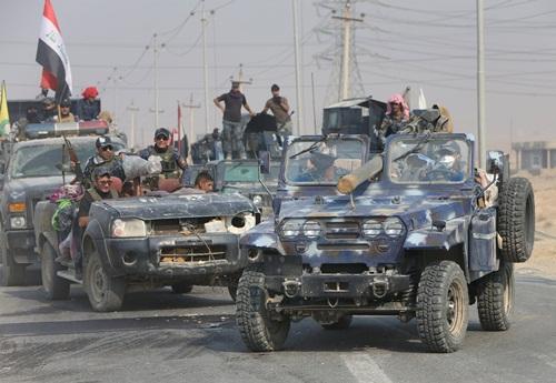 Lực lượng cảnh sát liên bang lái xe quân sự tham gia chiến dịch tái chiếm Mosul, Iraq. Ảnh: Reuters