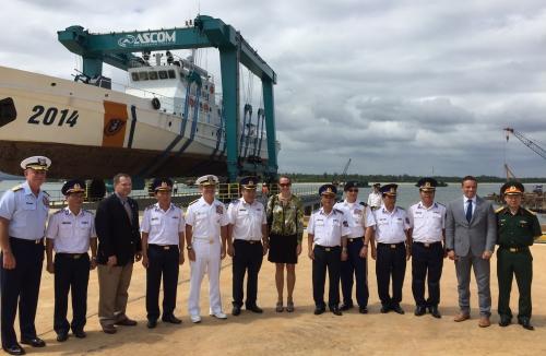 Đô đốc Harris, Tổng Lãnh sự Hoa Kỳ Mary Tarnowka, các quan chức Cảnh sát biển Việt Nam thăm Cơ sở Sửa chữa Bảo dưỡng tàu.