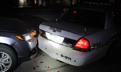 Chiếc xe củaMiranda Rader đâm vào đuôi xe cảnh sát tối 26/10. Ảnh: Splash News