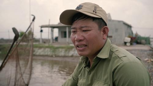 Anh Sơn đang ngồi bên cạnh mô hình ao cá bống bớp của mình. Ảnh: bizmedia.