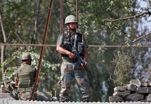 Binh sĩ Ấn Độ tuần tra khu vực ngoại ô thành phố Srinagar, bang Jammu và Kashmir, ngày 29/9. Ảnh: Reuters.