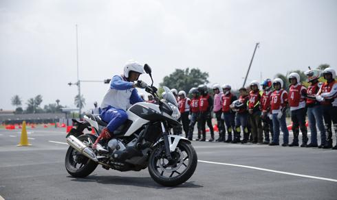Hướng dẫn viên mô tả hướng quan sát sai khi lái xe thường nhìn xuống đất mà không nhìn thẳng về phía trước.