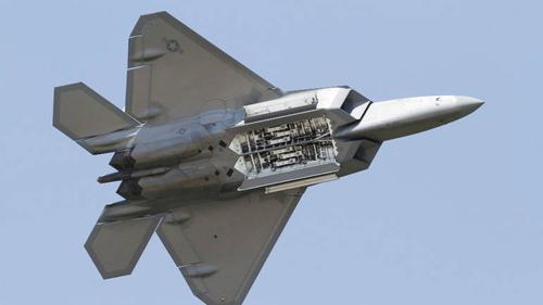 F-22 có khoang chứa vũ khí dưới bụng khá nhỏ. Ảnh: USAF