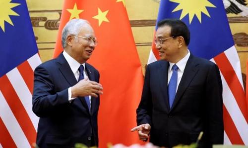 Thủ tướng Malaysia Najib Razak (trái) và người đồng nhiệm Lý Khắc Cường trong cuộc gặp tại Bắc Kinh. Ảnh: Reuters.