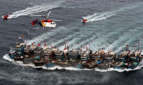 Hàn Quốc vây bắt tàu cá Trung Quốc hoạt động trái phép. Ảnh: AFP.