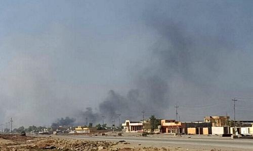 Khói đen bốc lên tại quận Karama, thành phố Mosul, nơi đang có giao tranh giữa quân đội Iraq và IS. Ảnh: Reuters.