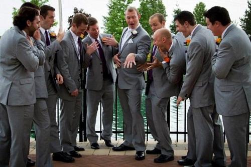 Khoe nhẫn cưới với bạn bè.