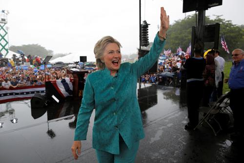 Bà Clinton phải rút ngắn phát biểu do mưa lớn ởquậnBroward,Flordia. Ảnh: Reuters