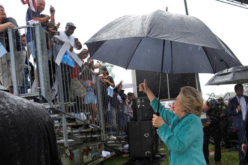 Bà Clinton vẫy chào người ủng hộ ởquậnBroward, Florida. Ảnh: Reuters
