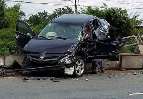 Ô tô nằm vắt vẻo trên dải phân cách sau khi bị xe tải húc văng. Ảnh: Tư Huynh