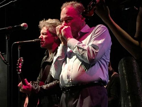 Ông Tim Kaine (áo trắng) biểu diễn cùng Bon Jovi ởthành phốSt. Petersburg, bang Florida tối qua