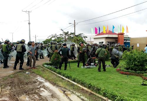 Đám đông học viên dồn cảnh sát ra đến cổng. Ảnh: Phước Tuấn