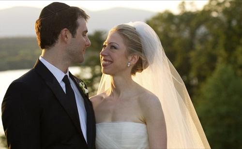 Chelsea Clinton và hôn phu trong lễ cưới. Ảnh: Reuters