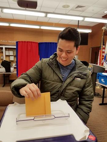 Nguyễn Quân đi bỏ phiếu ởthànhphốCambridge,Massachusetts,