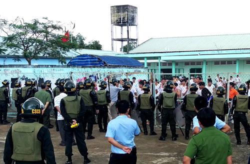 Hàng trăm cảnh sát cơ động đang vây kín vòng ngoài. Ảnh: Phước Tuấn