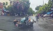 Hai cô gái suýt chết vì thanh niên chạy xe máy vượt ẩu