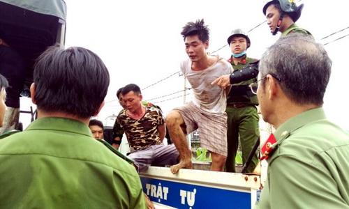 Một số học viên bị bắt giữ ngay sau khi gây rối. Ảnh: Phước Tuấn