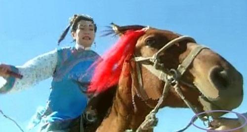 Chẳng biết vị đại hiệp phương nào có võ công cái thế đến mức dắt mũi một con ngựa đang phi nước đại thế kia.