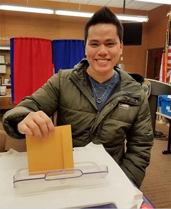 Nguyễn Hoàng Quân đi bỏ phiếu bầu tổng thống Mỹtrụ sở cảnh sátthành phố Cambridge, bang Massachusetts, hôm 28/10. Ảnh: NVCC