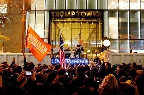Ảnh 2: Đám đông biểu tình trước Trump Tower ở Manhattan (Ảnh: Reuters)