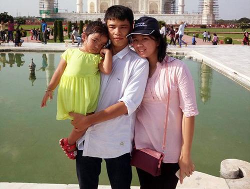 Đưa cả gia đình sang Ấn Độ, ngoài thời gian làm việc anh phải tranh thủ thời gian chăm sóc vợ con nhưng vẫn cố gắng học đại học để bổ sung kiến thức cho mình.