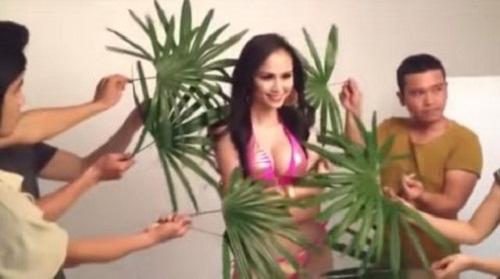 Diễm Hương tận hưởng không khí bãi biển với bikini và lá cọ... giả.
