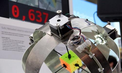 robot-lap-ky-luc-giai-khoi-rubik-trong-hon-nua-giay