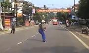 Người phụ nữ hốt hoảng vì chạy ra giữa đường mới thấy ôtô