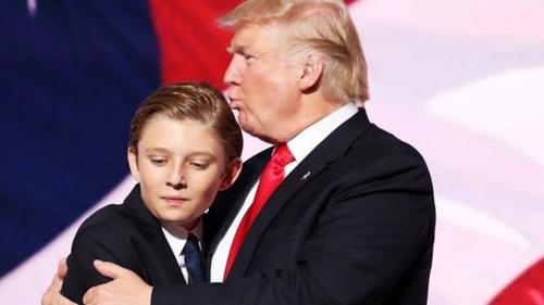 Donald Trump ôm con trai út. Ảnh: SMH