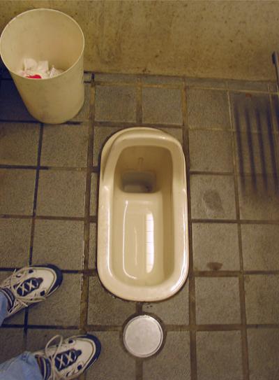nhat-ban-khao-sat-toilet-o-truong-hoc