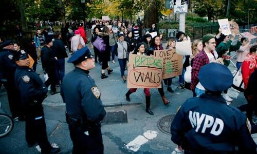 Người biểu tình phản đối Trump tại New York hôm 11/11. Ảnh: Reuters.
