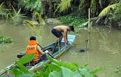 Thi thể người đàn ông nổi dưới nhánh sông Sài Gòn. Ảnh: Nguyệt Triều