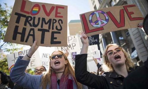 Người biểu tình ở New York giơ khẩu hiệu Tình yêu chiến thắng hận thù. Ảnh: AP