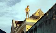 Thanh niên ngáo đá cố thủ suốt 7 giờ trên nóc nhà