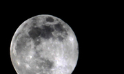 Ngắm siêu trăng trong mưa bão Hà Nội