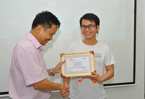 chứng chỉ học tập và vinh danh các sinh viên có thành tích học tập đáng nể