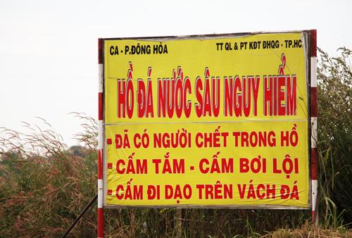phot-lo-canh-bao-nguoi-dan-xe-rao-vao-ho-tu-than-10