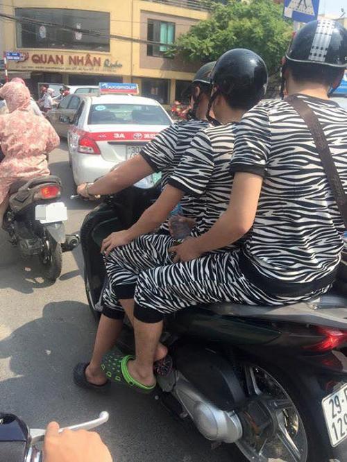 Thời trang đồng bộ dạo phố phường.