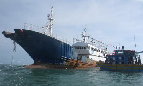 Con tàu được ngư dân lai dắt vào bờ. Ảnh: Thái Hà