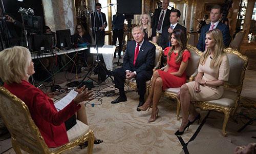 Ivanka (ngoài cùng bên phải) cùng bố và các thành viên trong gia đình tham gia chương trình 60 Phút trên đài CBS hôm 13/11.