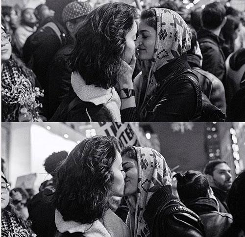 Hai cô gái trao nhau nụ hôn trong cuộc biểu tình chống Trump vào tối 9/11, ở đại lộ 5Manhattan, New York