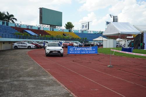 Khách hàng đang trên đường lái thử xe tại sự kiện