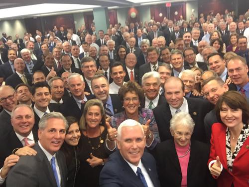 Bức ảnh selfie của ông Mike Pence vàhơn 100 nghị sĩ Cộng hòa. Ảnh: Twitter