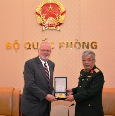 Thượng tướng Nguyễn Chí Vịnh trao quà lưu niệm cho ông David Shear. Ảnh: