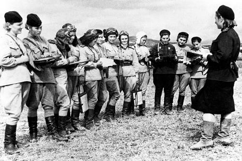 Các nữ phi công Liên Xô thuộc trung đoàn 588 năm 1944. Ảnh: Sovfoto.